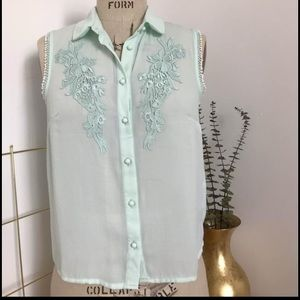 Collared blouse with floral embroidery